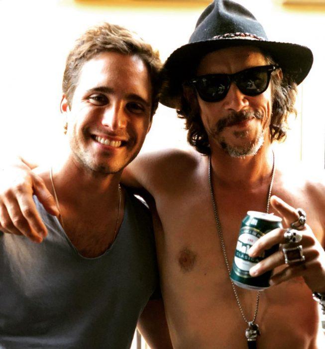 hombre con camisa y hombre con sombrero y lata