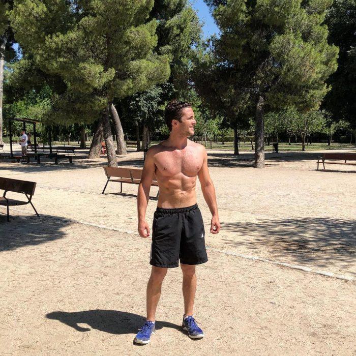 hombre sin camisa con short