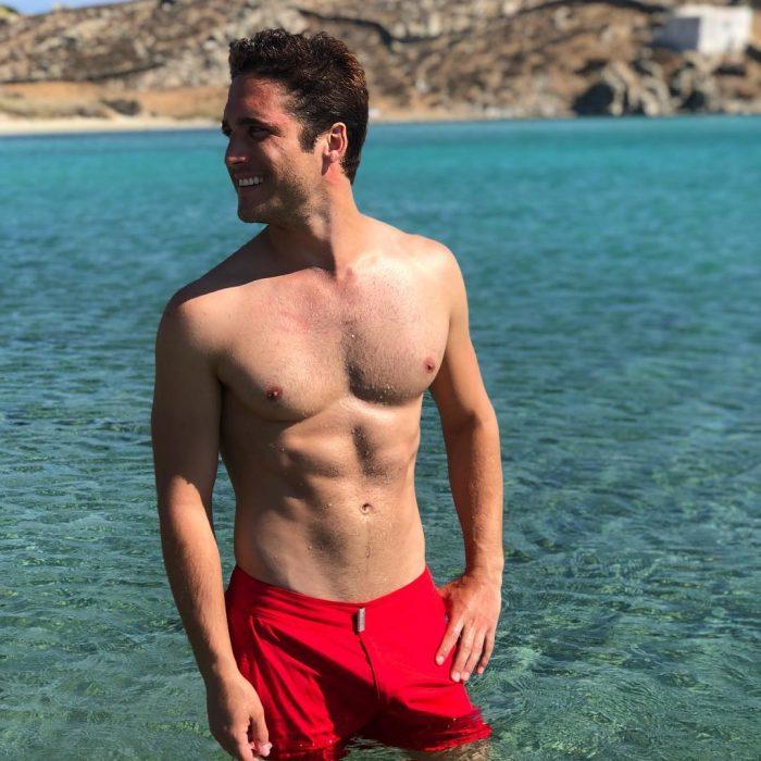 hombre con short y sin playera en la playa