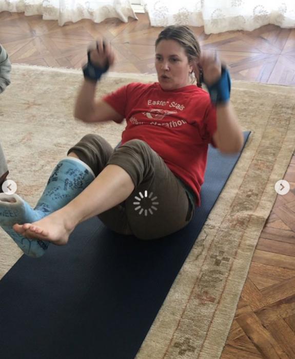 mujer en el suelo haciendo ejercicio