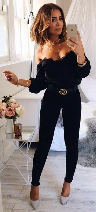 mujer con pantalón negro y blusa sin hombros