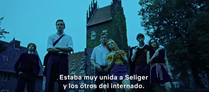 grupo de jóvenes frente a un castillo