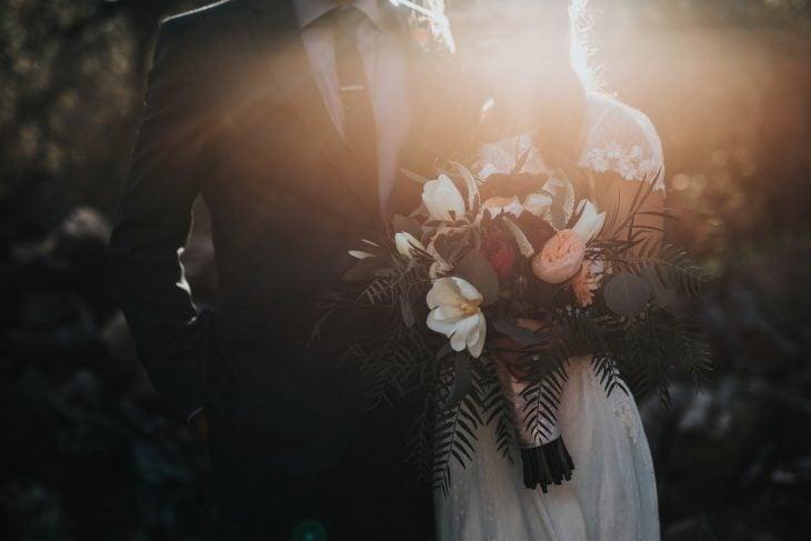 pareja de recien casados tomados de las manos