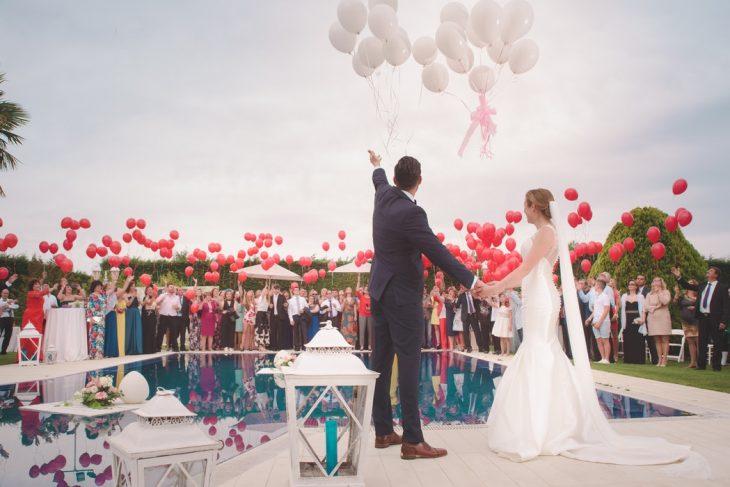 recien casados aventando globos
