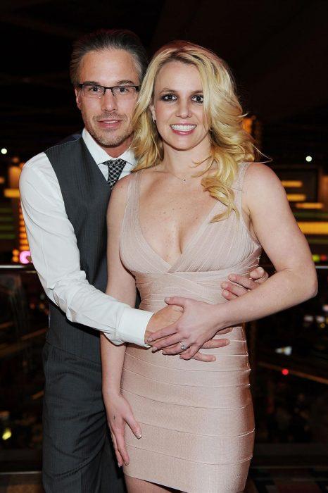 hombre y mujer rubia abrazados
