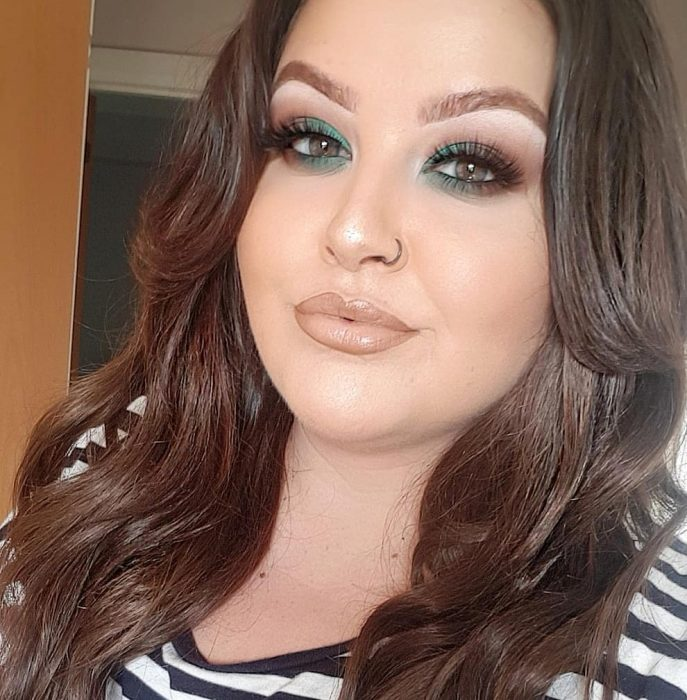 ojo de mujer blanca con cabello castaño y sombra verde