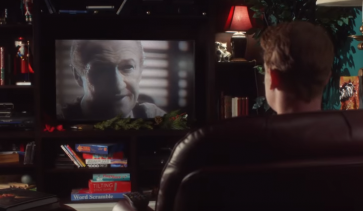 hombre rubio frente a televisor