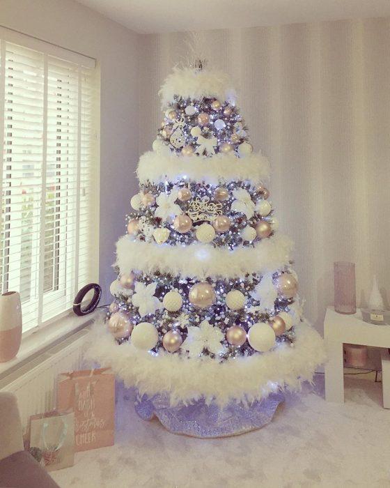 Arbol navideño con decoración blanca
