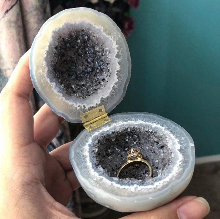 piedras de minerales con anillo adentro