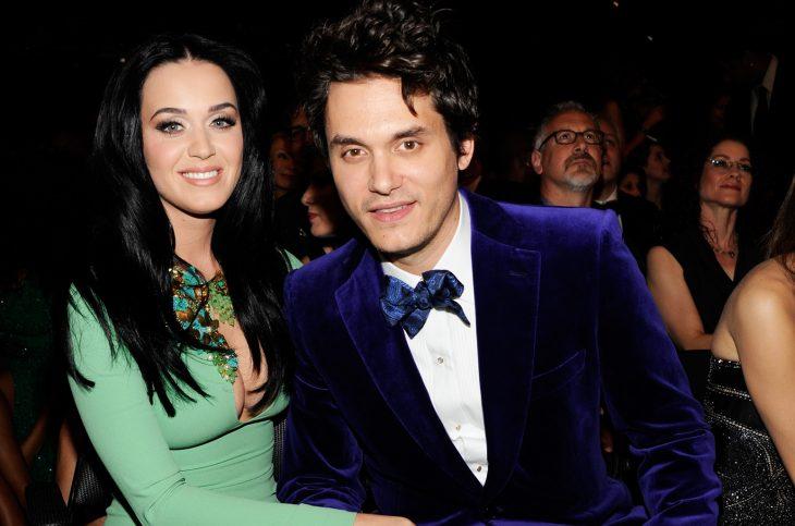 mujer con cabello negro y hombre con saco azul