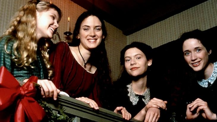 mujeres en escaleras sonriendo