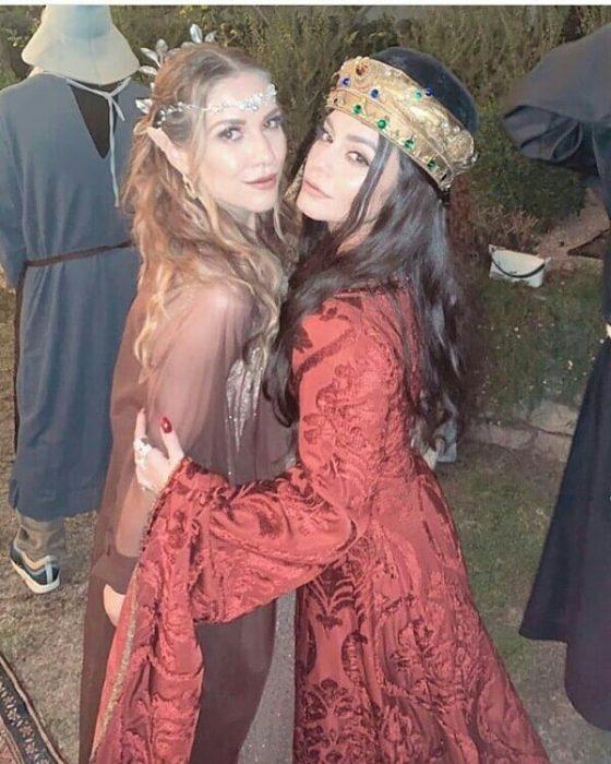 mujeres con vestidos y coronas de elfos