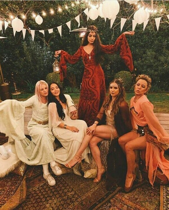 mujeres con vestidos largos y coronas