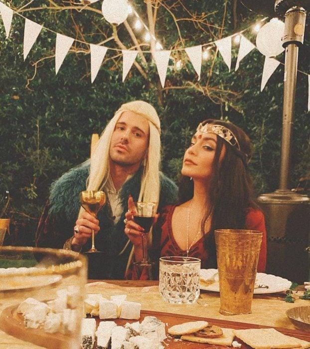 hombre y mujer con vestidos largos con copas