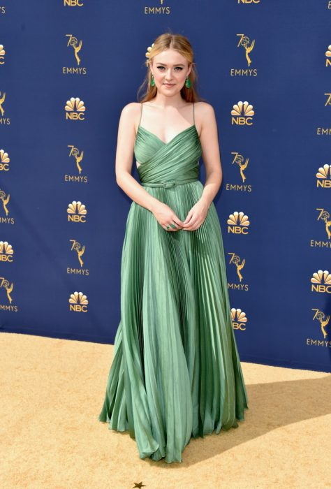 mujer rubia con vestido verde