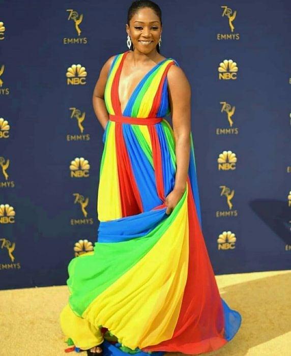 mujer morena con vestido de colores de rayas