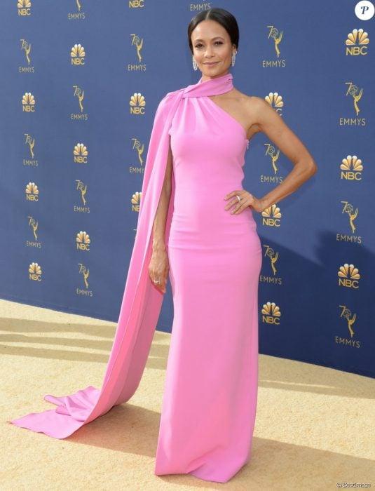 mujer morena con vestido rosa