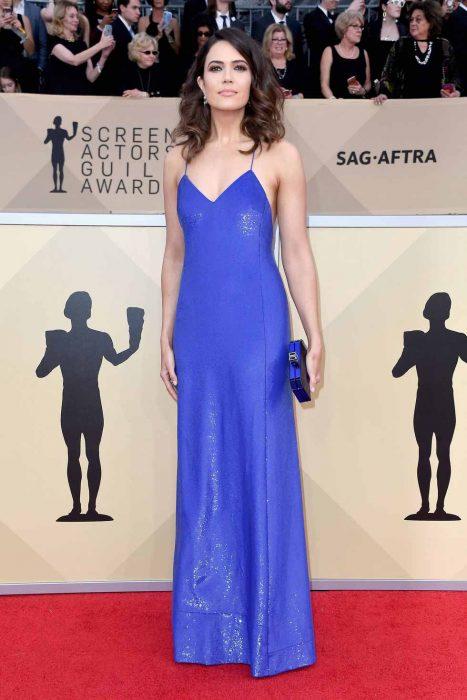 Mujer morena con vestido azul largo