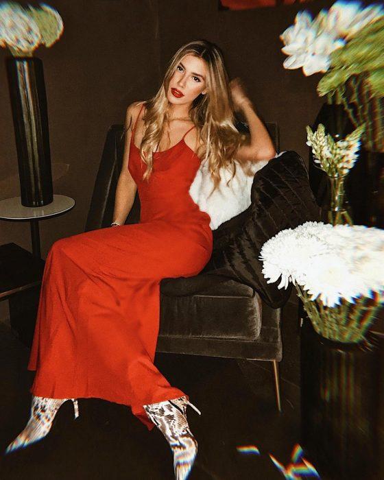 mujer con vestido rojo y botas