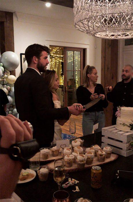 hombre y mujer partiendo pastel