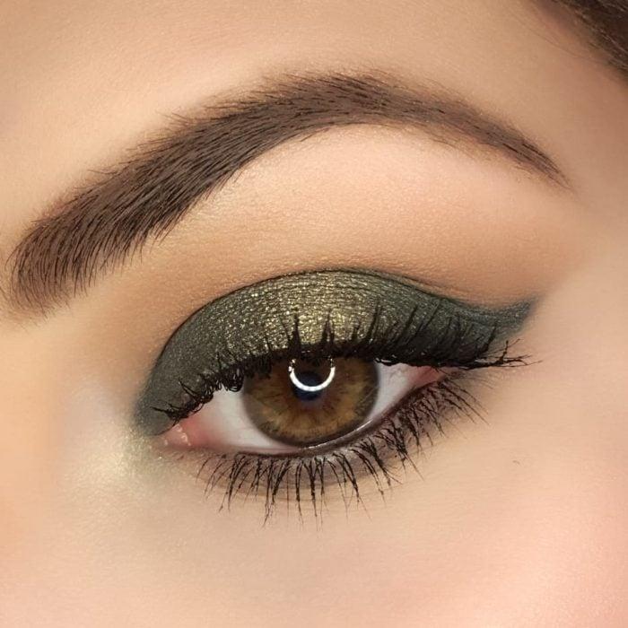 ojos de mujer color miel y sombras verdes
