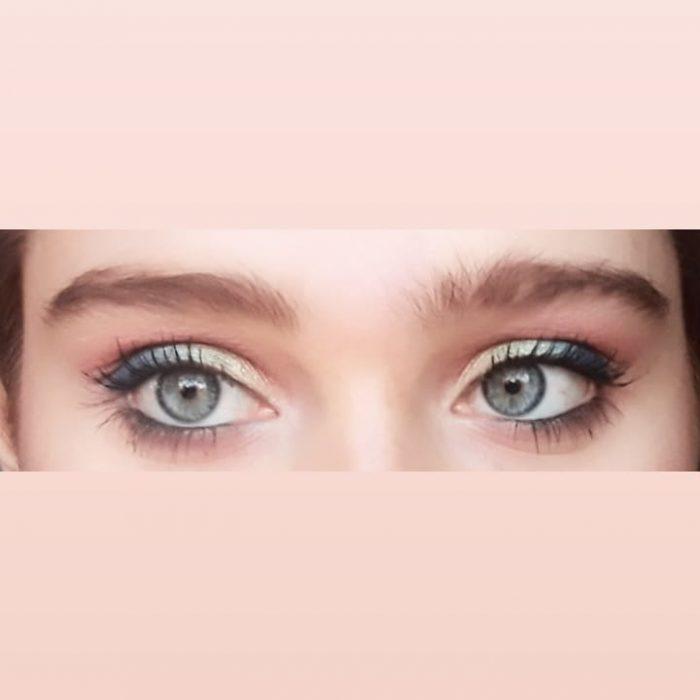 ojos verde de mujer rubia con sombra verde y rosa