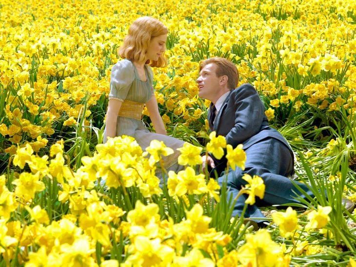 pareja de novios en un campo de flores