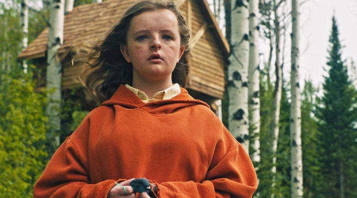 niña con sudadera naranja