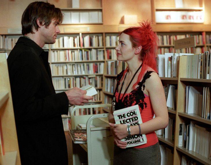 pareja de novios en una biblioteca