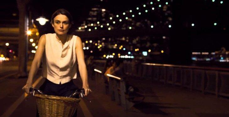 mujer seria conduciendo bicicleta