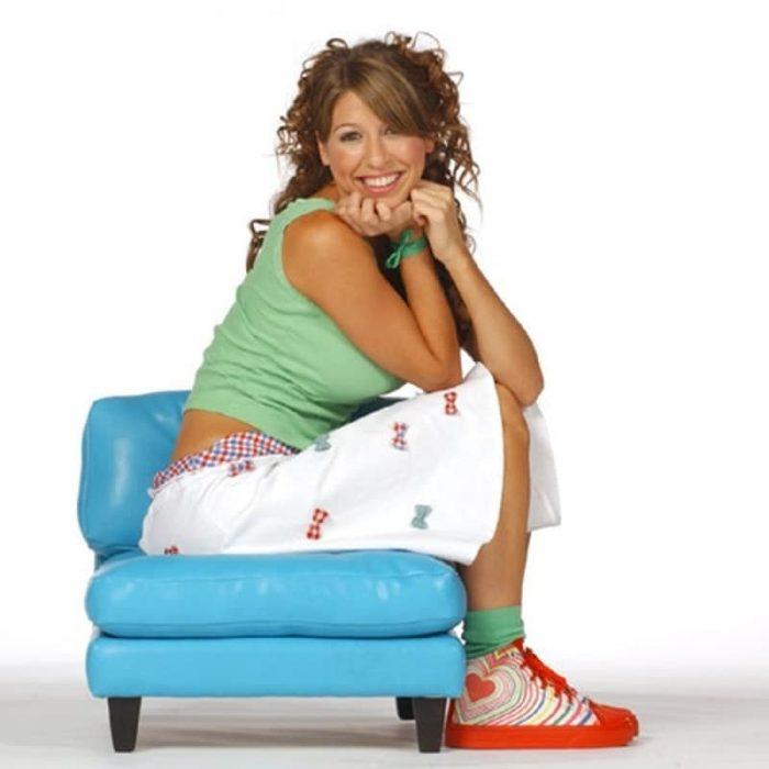 Floricienta usando sus zapatos de botita