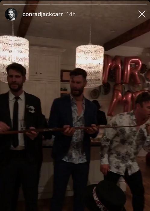 hombres tomando shot y globos