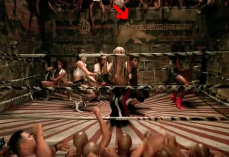 mujer rubia en ring de box