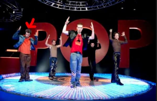 grupo de hombres en escenario bailando pop
