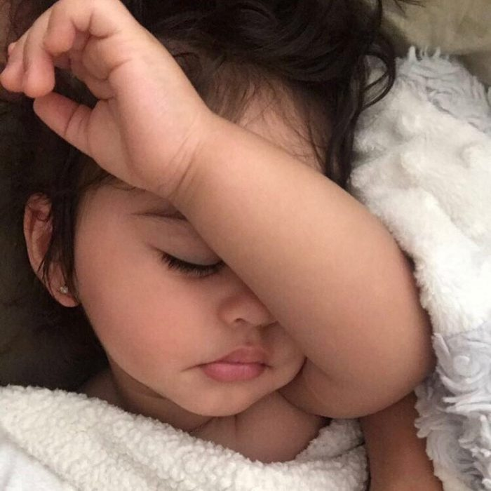 niña con brazo durmiendo