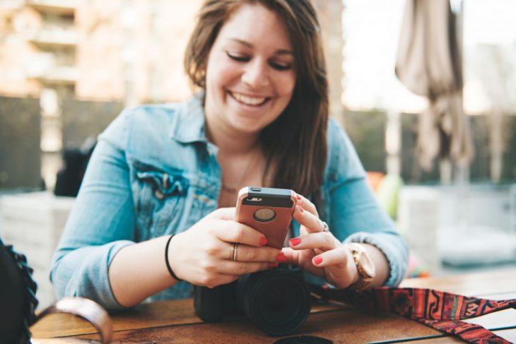 mujer con telefono en la mano