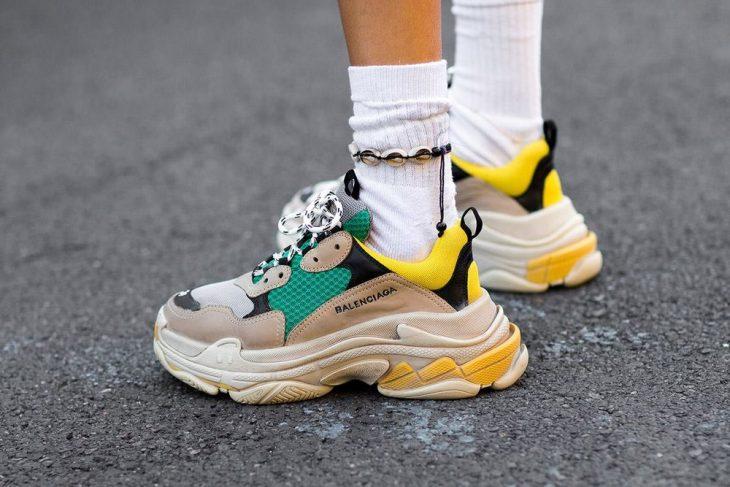 tenis con suela alta y calcetas y pulsera