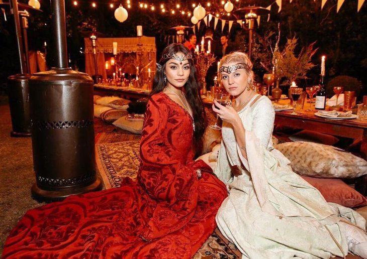 mujer con vestido rojo y mujer vestido blanco
