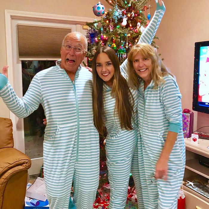 familia usando pijamas a rayas