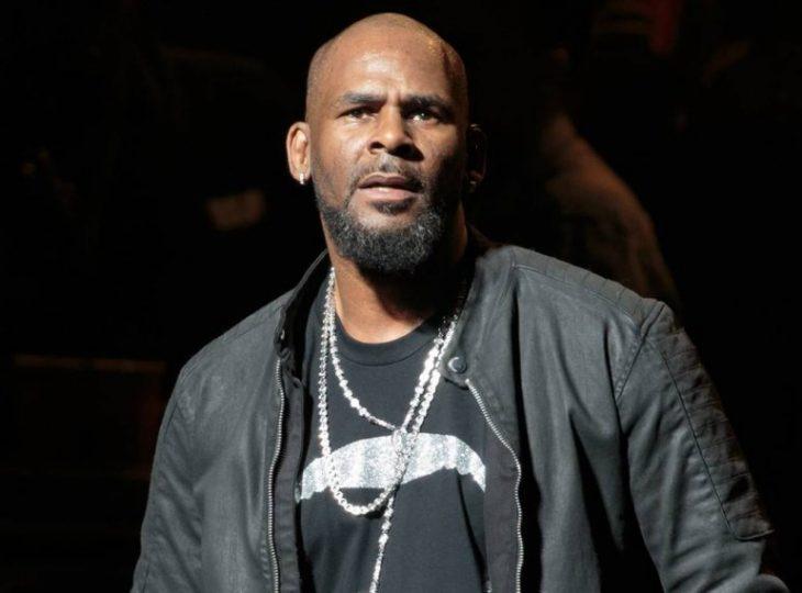 hombre afroamericano con ropa negra