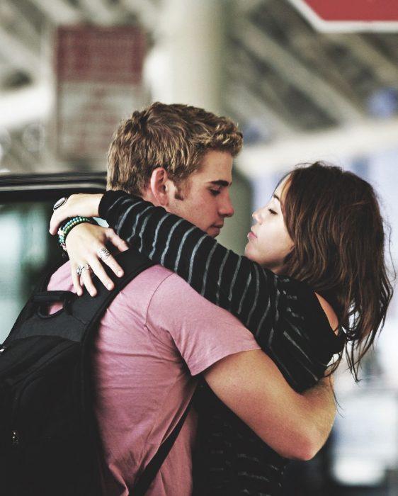 hombre abrazando a chica de cabello castaño