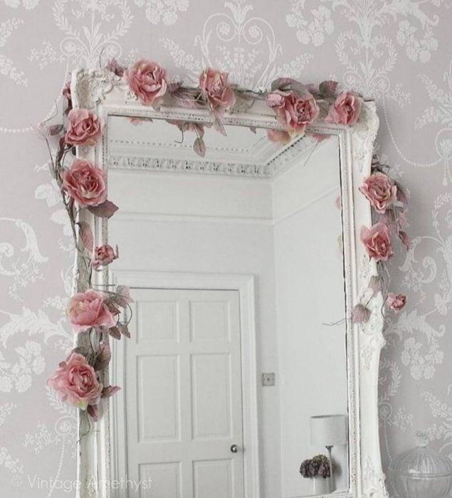 espejo blanco con flores rosas