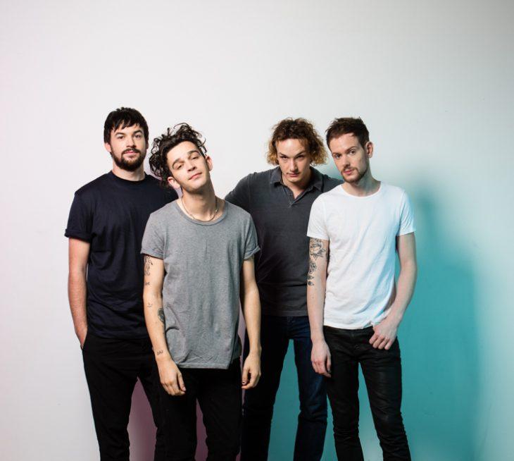 cuatro hombres en una pared