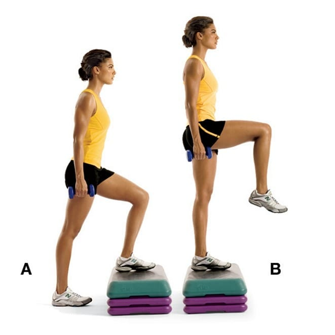 mujer levantando pierna escalera