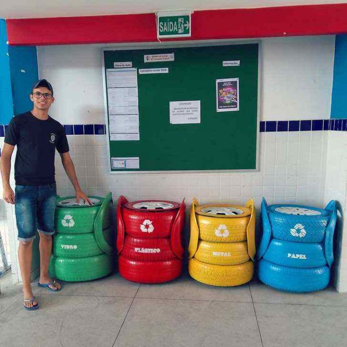 hombre con short y depositos de basura de colores reciclaje