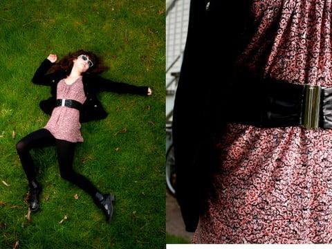 mujer con cinto negro y vestido rosa