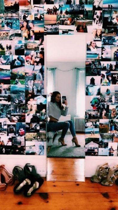 mujer con pared de fotos y espejo en su cuarto