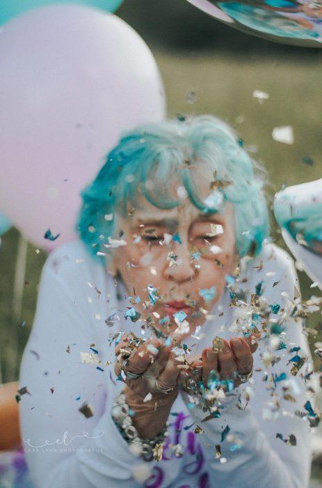 mujer soplando confeti