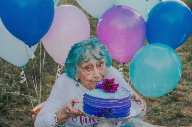 mujer comiendo pastel
