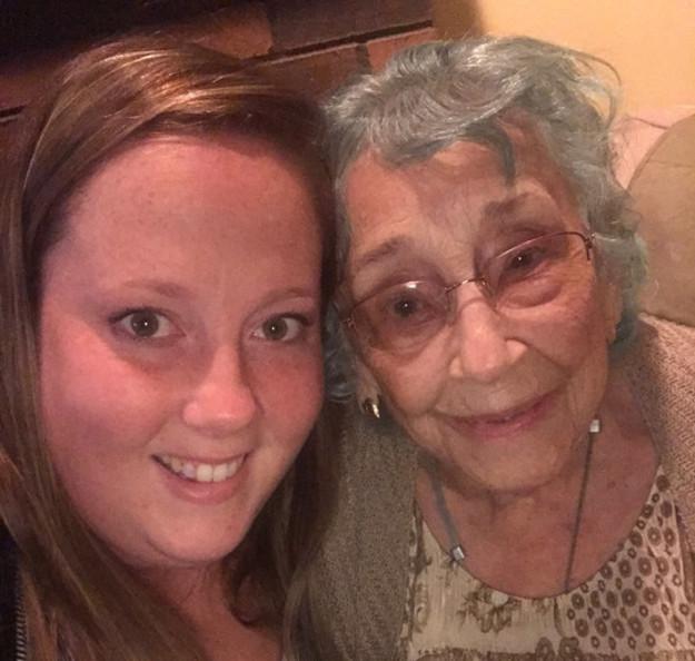 abuela y nieta recargadas mejilla con mejilla
